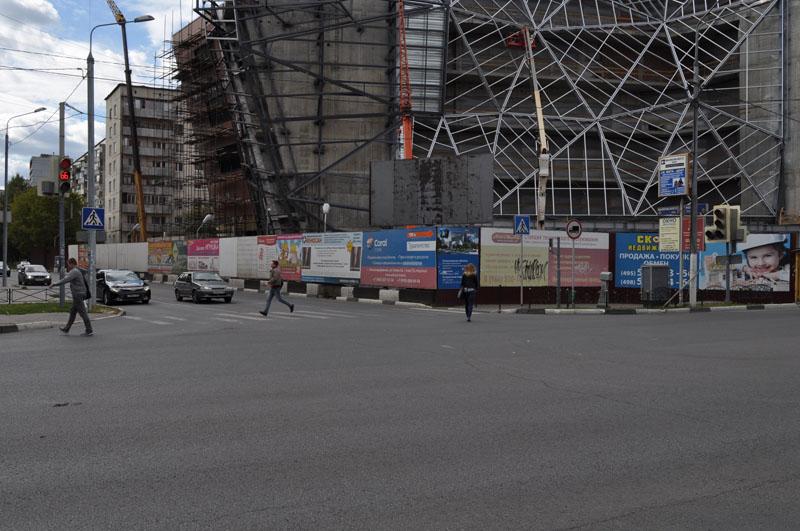 Ограждение вокруг кинотеатра Родина, размером 3х2,5 м, ул. Пролетарская д.6 к-р Родина